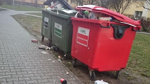 Śmieciowy problem na Woli warszawa@tvn.pl