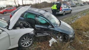 Skoda w rowie po zderzeniu z BMW. Dwie osoby ranne