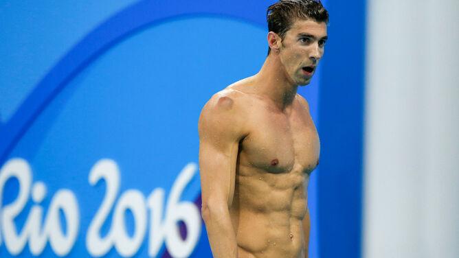 """Medalowa dieta Phelpsa. Kiedyś 12 tys. """"śmieciowych"""" kalorii, teraz trochę zdrowiej"""