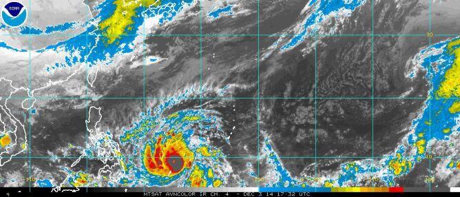 Zdjęcie satelitarne tajfunu wykonane przez satelitę MTSAT 3 grudnia o godz. 17.32 UTC (NOAA)
