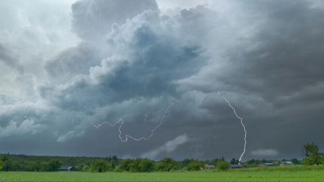 Intensywne opady deszczu i burze. IMGW ostrzega południe Polski