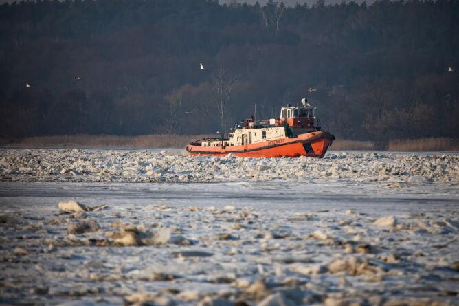 Jeden z dwóch lodołamaczy na Zbiorniku Włocławek w okolicy Woli Brwileńskiej (PAP/Szymon Łabiński)